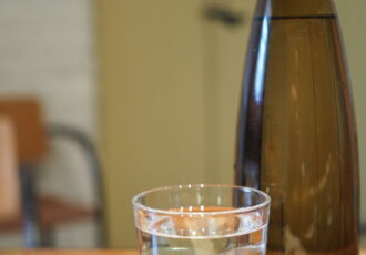 fles en glas met water